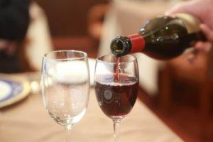 ディナー グラスに注がれる赤ワイン