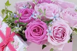 バラの花束とプレゼント