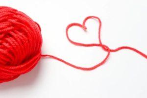 赤い毛糸で作ったハートマーク