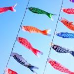 青空にたなびくカラフルな鯉のぼり