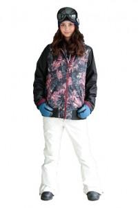 スキーウェアを着た女性