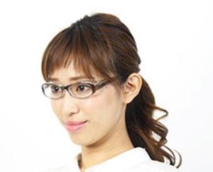 花粉症対策メガネをかけた女性