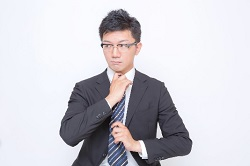 ネクタイを結ぶサラリーマン