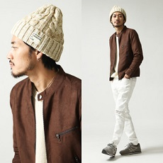 ホワイトパンツ ベージュのニット帽 ブラウンのジャケット メンズコーデ