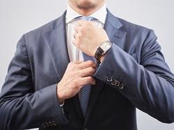 ネクタイを結んでいる会社員