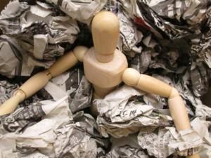 ゴミに埋もれる人