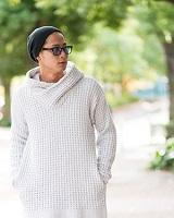 ブラックのニット帽 ホワイトのセーター メンズコーデ