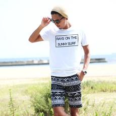 Tシャツ ベージュのニット帽 ハーフパンツ メンズコーデ