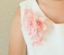 女の子 ピンクの花のコサージュ