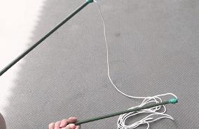 2本の支柱に紐を結んでつなげる