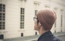 ニット帽をかぶった男性