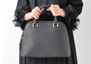 入学式 母親 黒のバッグ