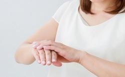 手のマッサージをする女性