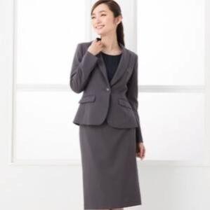 女性 グレーのスーツ