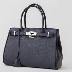 黒のレザーバッグ シンプル