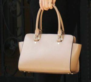 ベージュの小ぶりのレザーバッグ