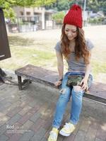 レッド ニット帽 Tシャツ デニム コーデ 女性
