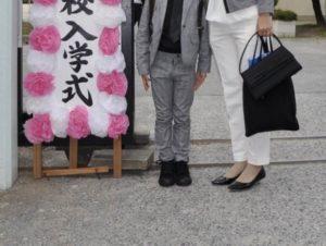 小学校入学式 母親と男の子