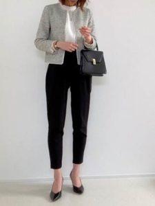 グレーのジャケット 黒のパンツ 母親 入学式コーデ