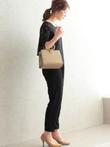 母親 入学式コーデ 黒系 ベージュのバッグとパンプス