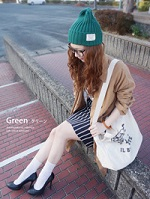 グリーン ニット帽 ミニ丈のタイトスカート 女性 コーデ