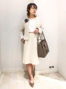 母親 入学式コーデ オフホワイト系スーツ グレージュのバッグ