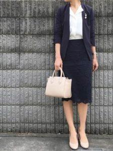 母親 入学式コーデ 黒系 オフホワイトのバッグ