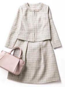 母親 入学式コーデ グレーのスカートスーツ くすみピンクのバッグ
