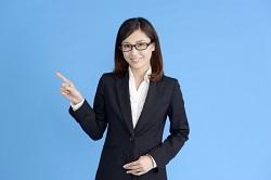 メガネをかけたスーツ姿の女性 ポイント