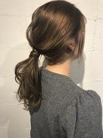 ロング 髪型 後ろにまとめてゴムで結んだ後ゴムの周りを少量の髪でぐるっと巻く