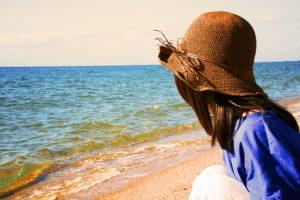 麦わら帽子 女性 海岸