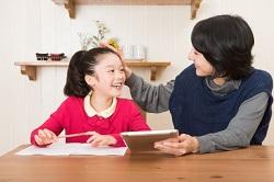 一緒に勉強する女の子と母親