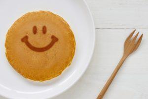 笑顔の焼色がついたホットケーキ