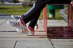 公園のベンチに座る女の子たち