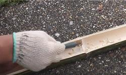 竹の節をとった部分を彫刻刀できれいにする