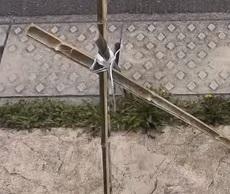 3本に割った竹を紐で結んで台にする