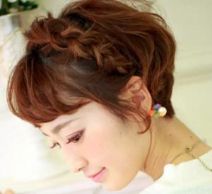 ショート 女性 髪型 編み込みカチューシャ