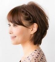 ショート 髪型 女性 サイドの髪を三つ編みにして耳の後ろでピン止め