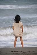 海辺に立つ女の子