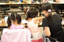 自由研究に取り組む女の子と母親