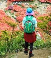 女性 登山コーデ リュック 帽子