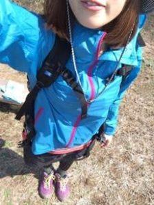 女性 登山コーデ 水色ジャケット
