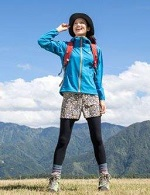 女性 登山コーデ 爽やかなブルーのジャンパー