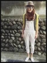 白のサロペット スニーカー 女性 コーデ