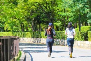 女性 公園 ジョギング