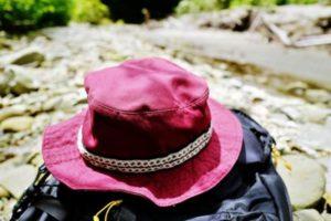 河原 帽子とリュック
