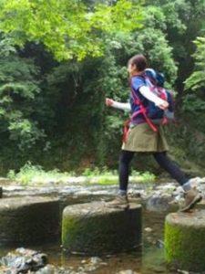 女性 登山コーデ 巻きスカート タイツ