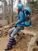 女性 登山コーデ 冬 レッグウォーマー ニット帽