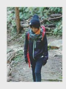 女性 登山コーデ ネイビージャケット ストール