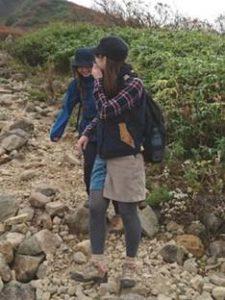 女性 登山コーデ ベスト 秋